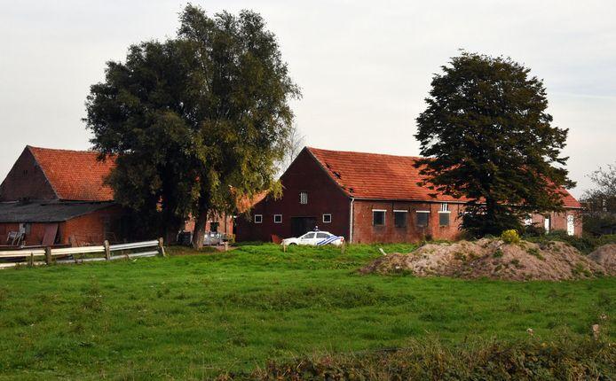 Een beeld van de boerderij tijdens de inval in oktober 2015.