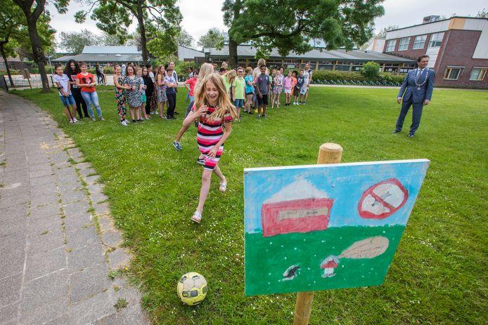 Natuurlijk voetbalde burgemeester Michel Bezuijen een potje mee op het veldje