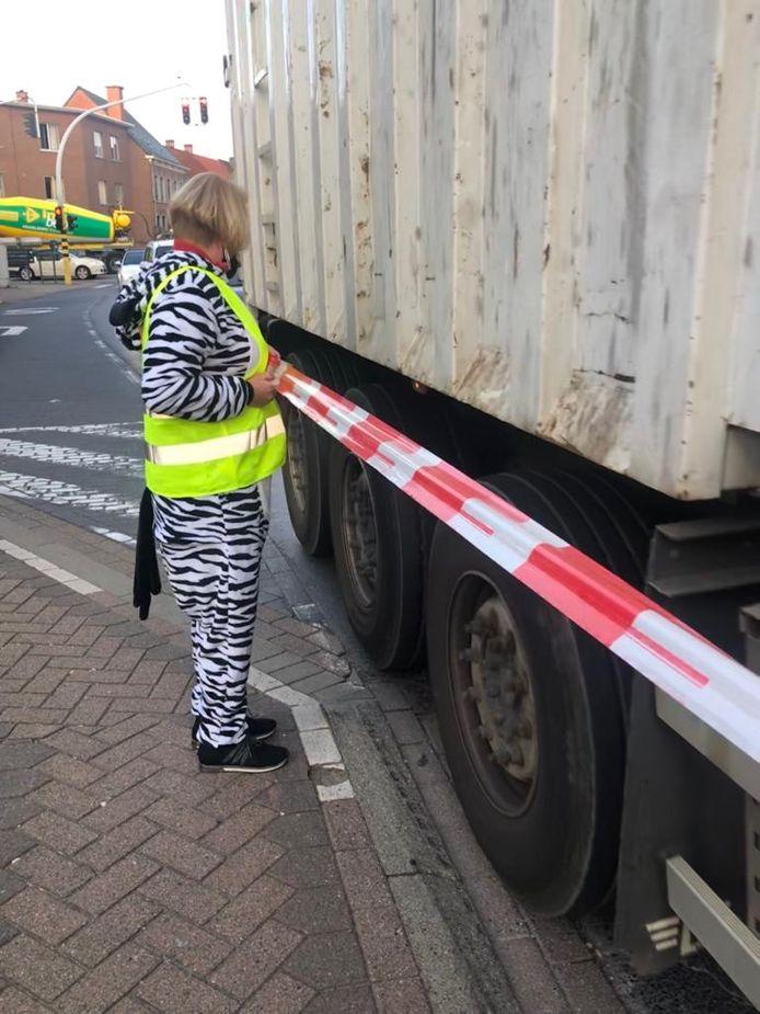 Door plaats te nemen op het fietspad konden vrachtwagens deze ook niet meer gebruiken als uitwijkstrook.