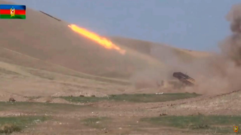 Een raket van het leger van Azerbeidzjan neemt Armenië onder vuur. Beeld EPA
