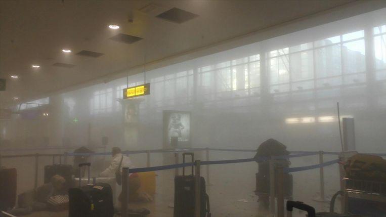 Enkele beelden van een reiziger, net na de aanslag in Zaventem. Beeld AP