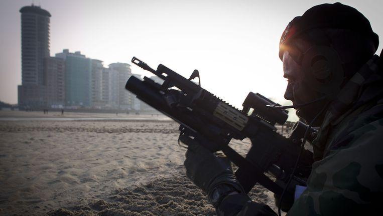 Een marinier tijdens een oefening op het Vlissingse Badstrand ter voorbereiding van de grote NAVO-oefening in april aan de Westkust van Schotland. Beeld anp