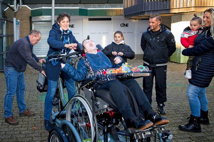 Gitano is dolgelukkig met zijn nieuwe rolstoelfiets.