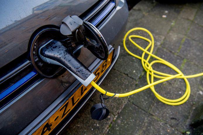 Een elektrische auto aan de lader.