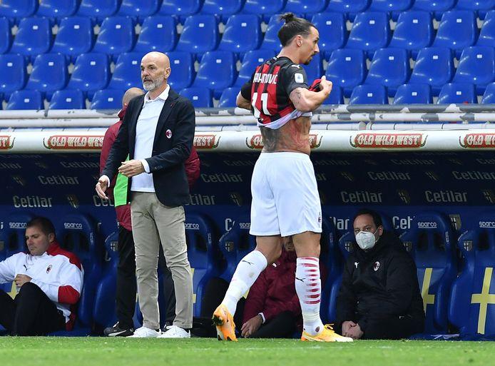 Zlatan Ibrahimovic is met rood weggestuurd in Parma. Links AC Milan-trainer Stefano Pioli.