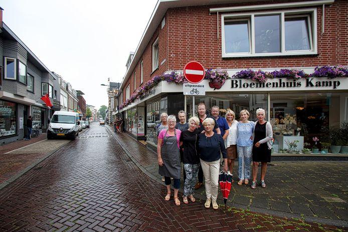 Serie over de Oosterhoutse binnenstad, met hier de Leijsenhoek. De lokale ondernemers op de hoek van de straat met de Waterloostraat en de Leeuwenstraat.