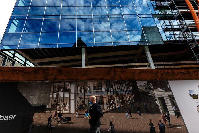 Eindhoven De verbouwing van het voormalige V&D-pand vordert gestaag. Op de bouwschutting een impressie van hoe het er straks uit komt te zien