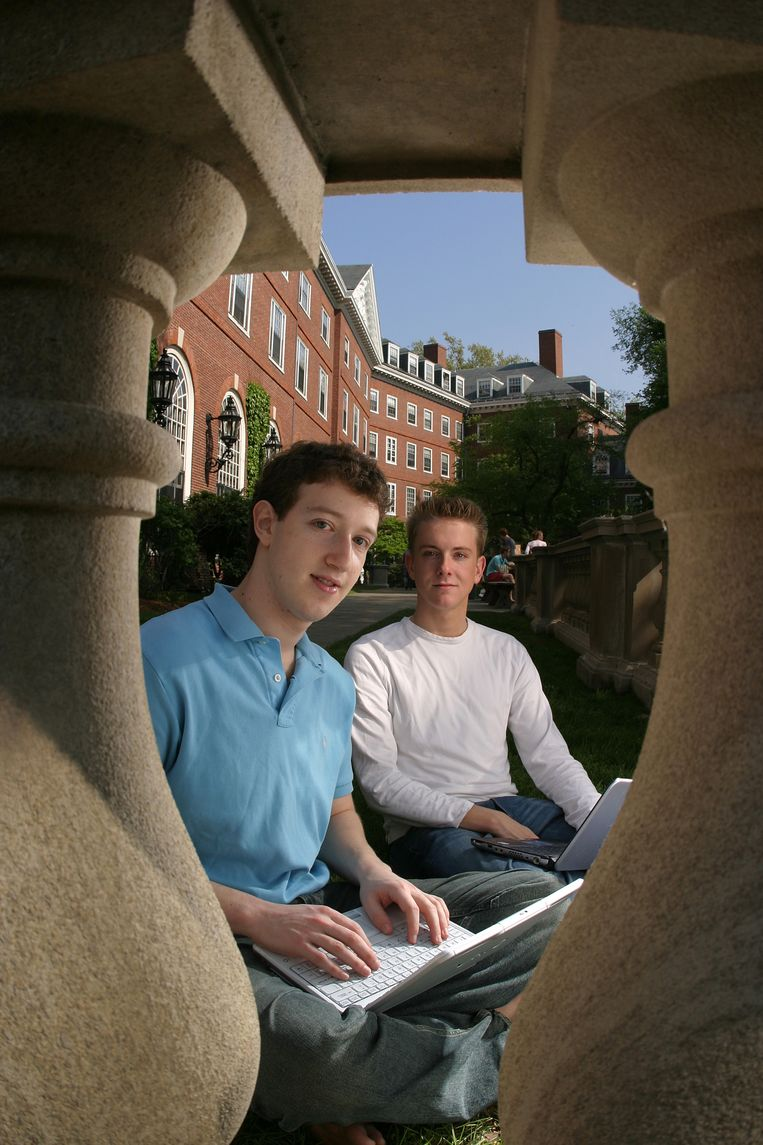 Facebook oprichters Mark Zuckerberg (l.) and Chris Hughes op de campus van Harvard. Beeld Corbis via Getty Images
