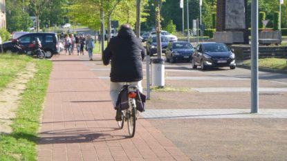 Extra politietoezicht op de plaats van fietsers en bromfietsers op de openbare weg, gelieve rechts te rijden !