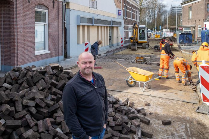 Henk Vink woont naast pand Gerdesstraat 4 waar mogelijk coffeeshop de Bengel naartoe verhuist.