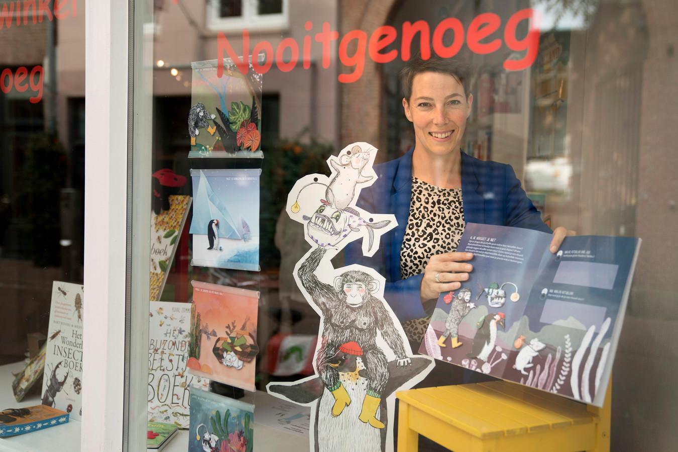 Ellen Dreezens richt de etalage van de kinderboekenwinkel in Den Bosch in met haar boek. Het komt 18 september uit.