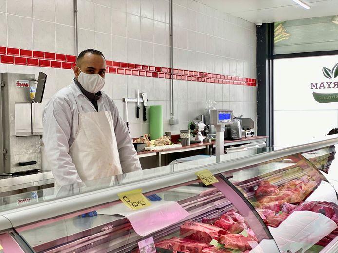 Een vriendelijke slager helpt je graag verder in de ruime vleesafdeling.