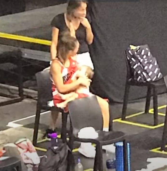 Antonella González geeft borstvoeding.