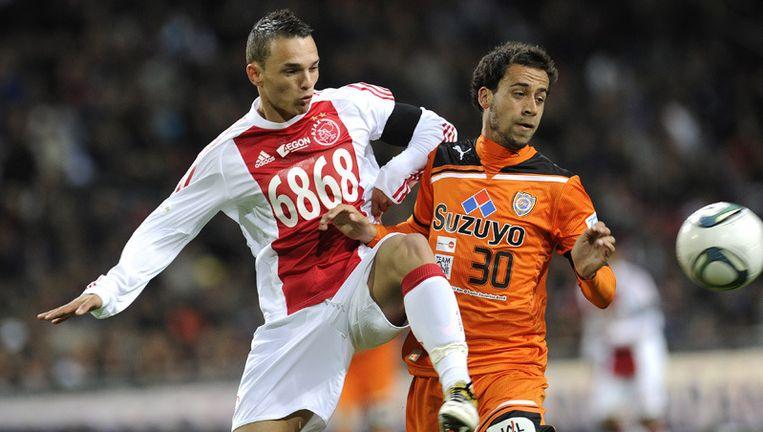 Ajax-speler Rodney Sneijder (L) in duel met Alex Jason Brosque van Shimizu woensdag tijdens de benefietwedstrijd in Amsterdam. Foto ANP Beeld