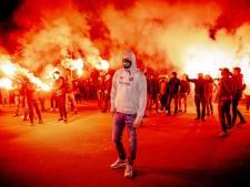 Meer dan honderd NEC-fans moedigen ploeg aan voor play-offs met fakkels, vuurwerk en gezang