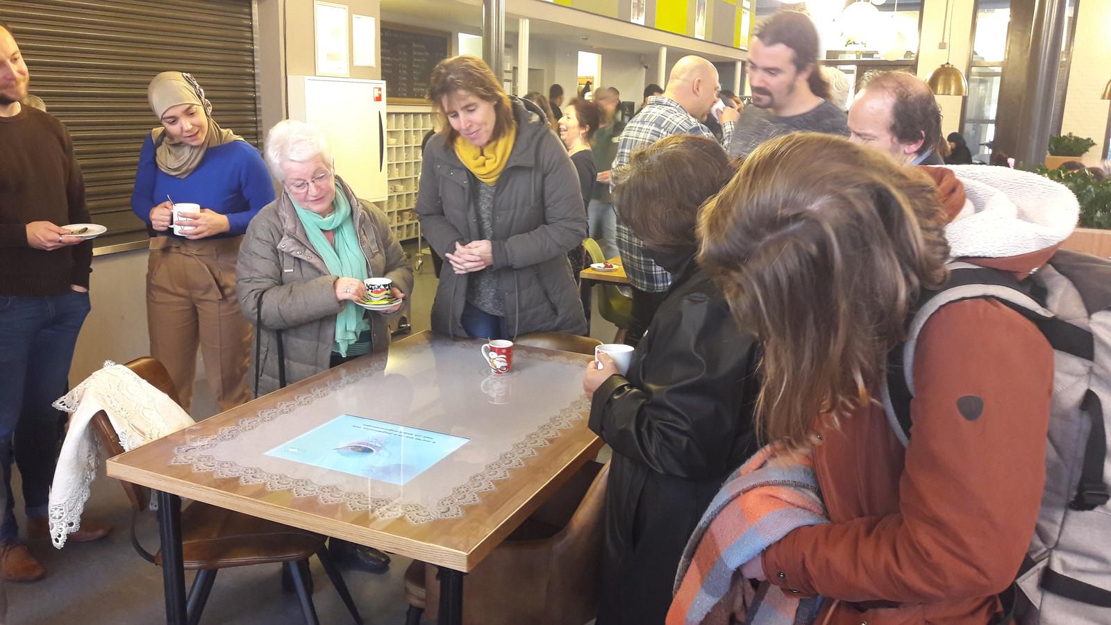 In wijkcentrum Het Kruispunt staat een tafel waaraan bewoners een interactief bakje koffie kunnen drinken. Het project is van kunstenaarscollectief Tilburg Cowboys.