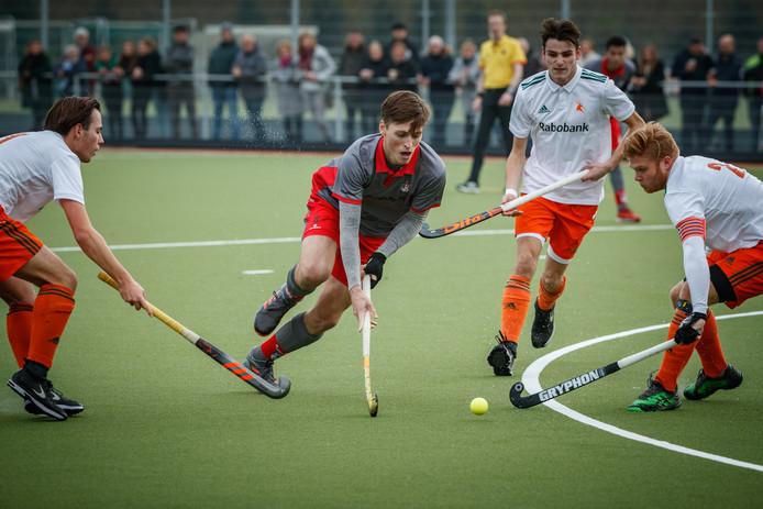 Tom Gommers in actie bij de heren van Etten-Leur tegen Zoetermeer.