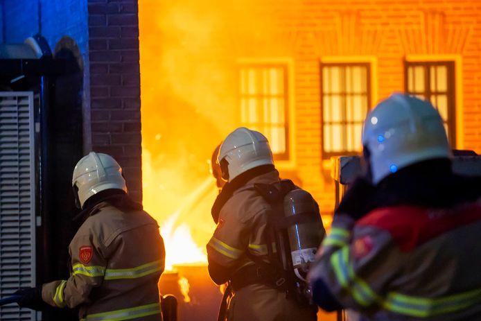 De brandweer maakte zich zorgen over gasflessen die in de buurt stonden.