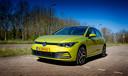 De nieuwe Volkswagen Golf rijdt zuinig met de 1.5 eTSI-motor. De schuiftoetsen in het interieur zijn geen aanwinst.