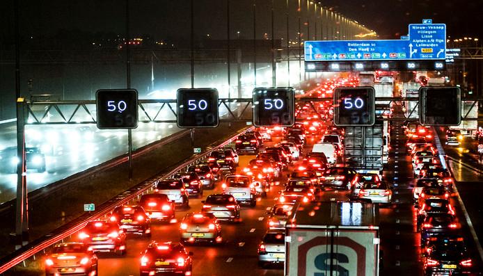 Ook al rijden mensen maar een paar procent meer kilometers per jaar, dat levert fors veel meer file op. ,,Dat is het effect van het puntje van de ijsberg,'' verklaart professor Bert van Wee.