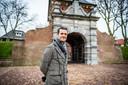 Denk-fractievoorzitter Farid Azarkan maakt een wandeling door Schoonhoven, de stad waar hij vanaf zijn achtste jaar opgroeide. Archieffoto.