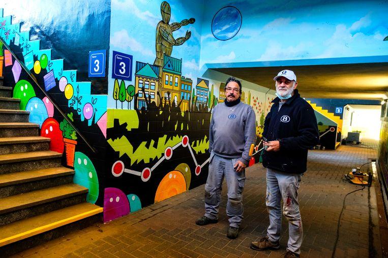 Ivo Kneekpens (links) en Eric Geuns verfraaien de fiets- en voetgangerstunnel met kleurrijke muurschilderingen.