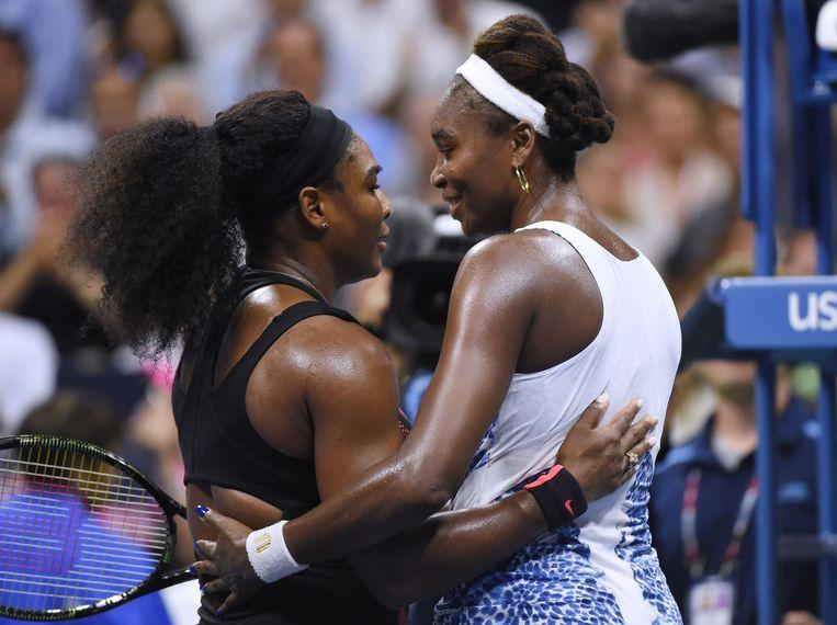 Serena (links) en Venus Williams na afloop Beeld afp