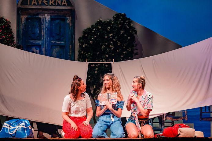 De voorstellingen van de hitmusical MAMMA MIA! zijn weer hervat in de Stadsschouwburg. In de hoofdrol schitteren actrices Evi Hanssen, Ann Van den Broeck en Tinne Oltmans.