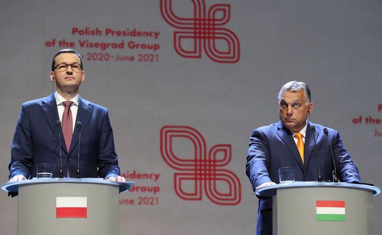 Mateusz Morawiecki, premier van Polen, en Viktor Orban, premier van Hongarije. Beeld AP