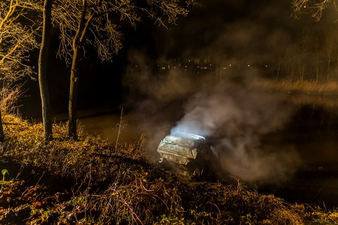 De gedumpte auto in het Markkanaal.