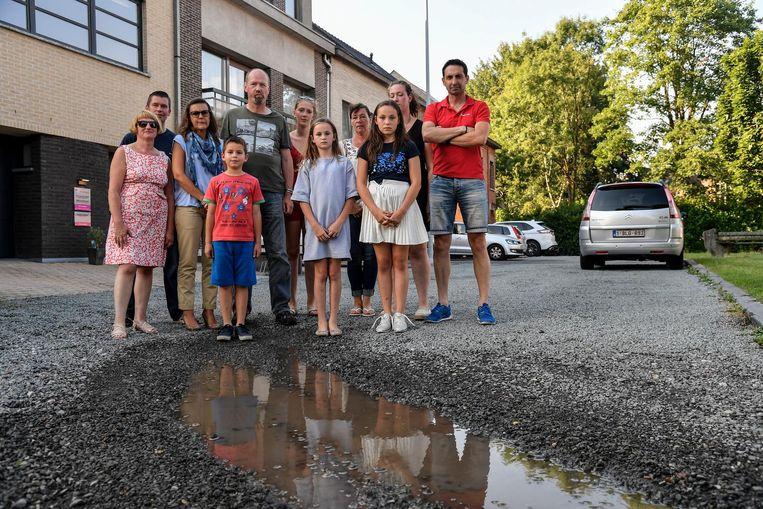 De ontevreden bewoners van de Merelstraat: de kiezelsteentjes kunnen geen putten voorkomen.
