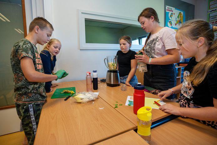 Finn, Wietske, Anne en Noor (vlnr) maken zelf smoothies na de gastles.