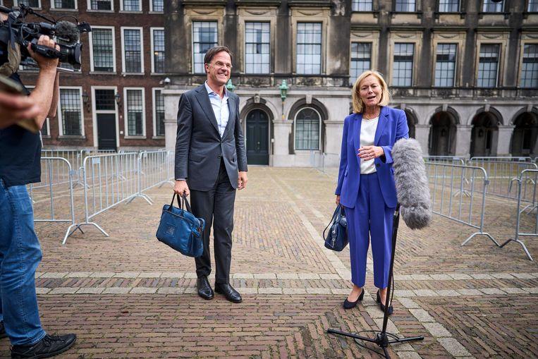Mark Rutte en Sigrid Kaag komen naar buiten na afloop van een gesprek met informateur Mariëtte Hamer over de kabinetsformatie.  Beeld ANP