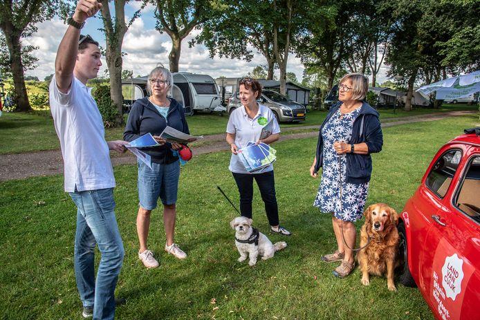 De Belgische vakantievierders Marie-Paul de Haes en Bernadette Verdoesem krijgen in Oeffelt uitleg over de toeristische regio Land van Cuijk van RBT-medewerkers Suzanne van Alem en Frank van Ginkel.