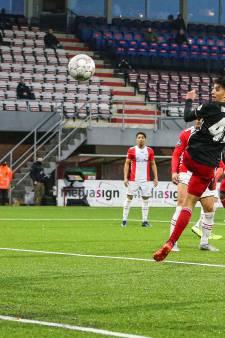 Bannis redt Feyenoord in blessuretijd tegen tiental van Emmen