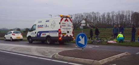 Fietser botst op auto in Bunschoten en maakt behoorlijke klapper