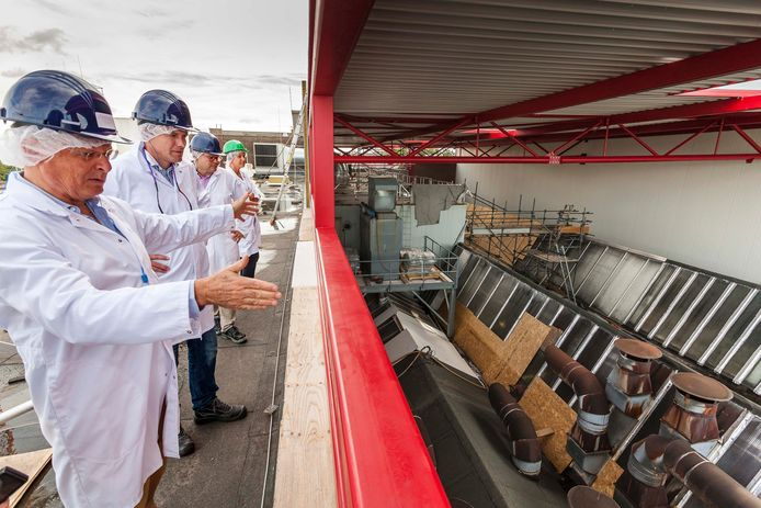 Over het oude dak van Roosendaalse snoepfabriek Red Band (Cloetta) wordt een nieuw dak gebouwd. V.l.n.r. Charles van Voorst Vader, Roger Raats, Albert Zopfi.