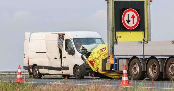 Flinke schade na botsing met rijdende wegafzetting op A6 bij Emmeloord.