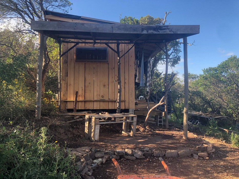 De zelfgebouwde woning voor de brand.