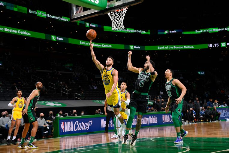 Stephen Curry in actie tegen de Boston Celtics.  Beeld NBAE via Getty Images