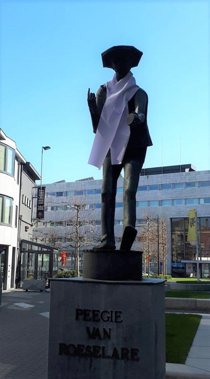 Peegie draagt tegenwoordig een witte sjaal.