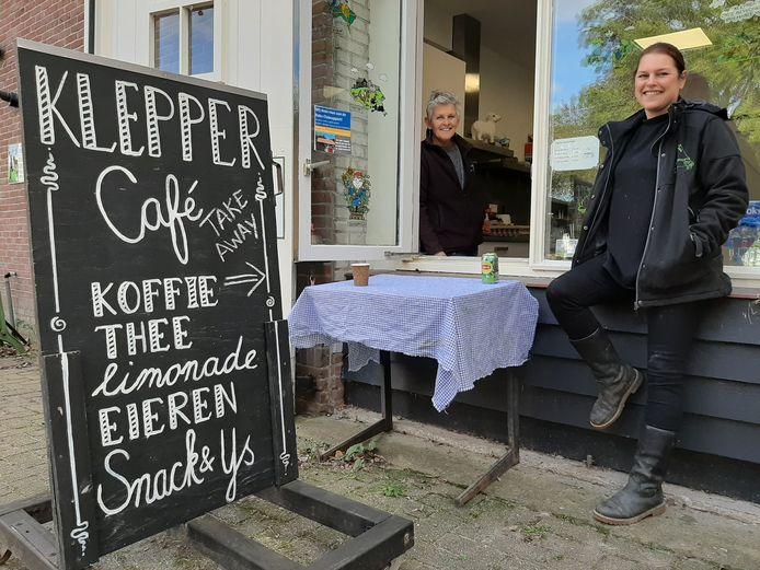 Voorzitter Eefje Castel (links) en hoofd dierverzorging Milly Kooger van De Klepperhoeve.