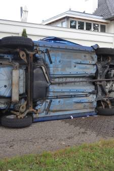 Auto botst tegen boom, belandt op zijn kant, bestuurster vlucht en wordt aangehouden