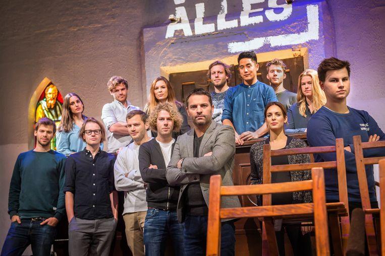 De nieuwe ploeg van het tweede seizoen van 'Sorry voor alles', met presentator Adriaan Van den Hoof (vooraan), Wannes Deleu (links van Van den Hoof) en bedenker Kamiel De Bruyne (rechts). Beeld RV/VRT/Joost Joossen