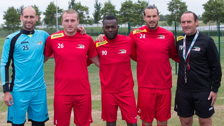 Wouter Biebauw, Kevin Vandendriessche, Mathieu Cornet en Yannick Loemba poseren met hun nieuwe coach.
