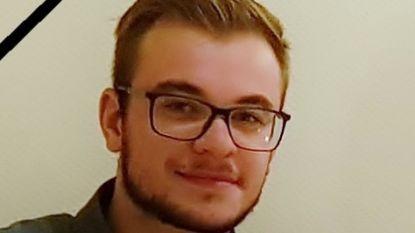 """Familie vindt Ruben (18) dood in douche met filmende gsm: """"Zoon stierf door wurgspel"""""""