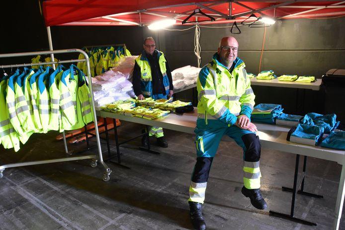 In Hal 4 van Kortrijk Xpo kunnen ambulanciers na de ontsmettingsprocedure ook terecht voor kraaknette kledij en beschermingsmiddelen.