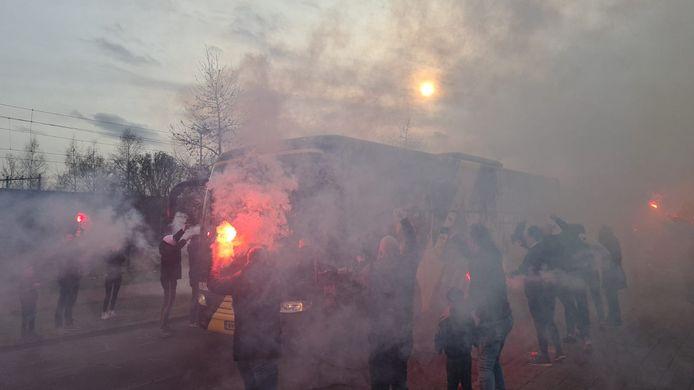 Supporters onthalen de spelersbus van NAC voor de topper met De Graafschap.