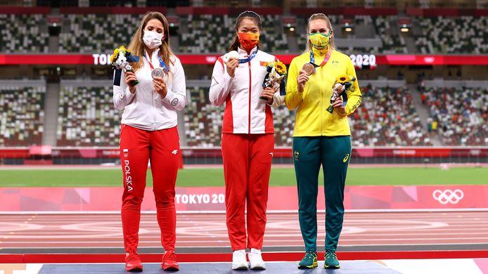 Maria Andrejczyk naast gouden Liu Shiying (China) en bronzen Kelsey-Lee Barber (Australië).