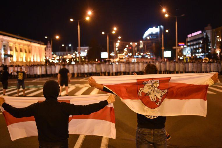 Na bekendmaking van de exitpoll braken er gevechten uit tussen agenten en demonstranten.  Beeld AFP